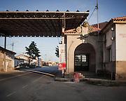 Chaves<br /> From 1993 on, Schengen Agreement meant open borders for people and goods circulation. Old border post in Vila Verde da Raia, once one of the main entrances in Portugal, is for sale for 800 mil euros.<br /> <br /> Chaves. <br /> Em 1993 foi estabelecido o acordo de Schengen e a partir dessa data as fronteiras estão abertas à circulação de pessoas e bens. O antigo posto fronteiriço de Vila Verde da Raia, outrora uma das principais entradas em Portugal, está à venda por 800 mil euros.