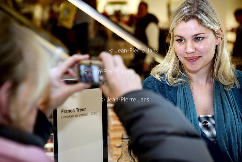 Nederland, Amsterdam , 6 maart 2010..Schrijfsters Franca Treurtijdens de signeersessies in de Bijenkorf voorafgaande aan de Boekenweek 2010..Foto:Jean-Pierre Jans
