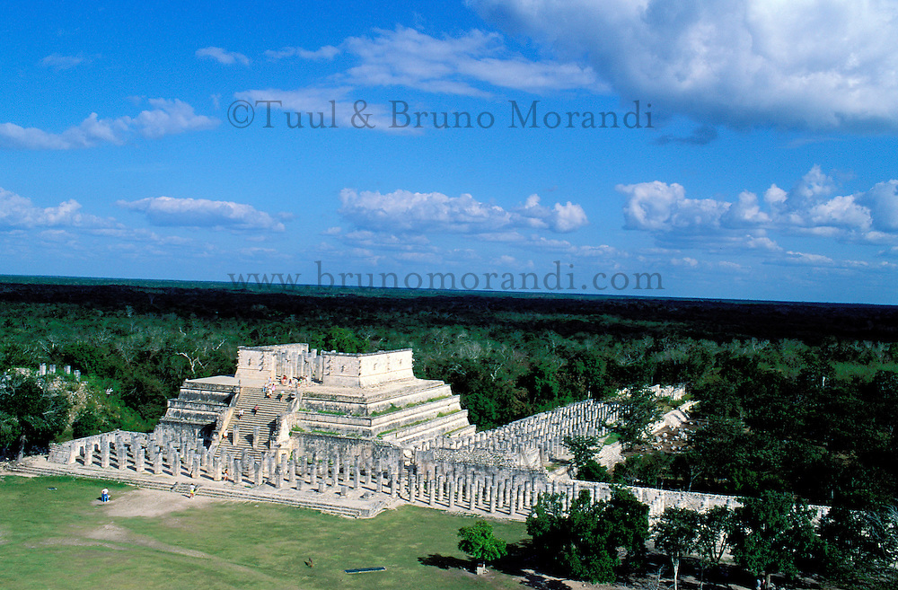 Mexique, Etat du Yucatan, site archeologique de Chichen Itza, Patrimoine Mondial UNESCO, Pyramide El Castillo, Temple de Kukulcan, temple des guerriers anciennes ruines maya // Mexico, Yucatan state, Chichen Itza archeological site, World heritage of UNESCO, Pyramide El Castillo, Temple of Kukulcan, ancient mayan ruins
