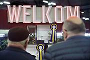 Nederland, Zwolle, 3-1-2020  De Nederlandse Bond van Vogelliefhebbers, NBvV organiseert in de IJsselhallen te Zwolle onder de naam VOGEL 2020 de Nederlandse Kampioenschappen voor volièrevogels. Zij organiseert jaarlijks een nationale tentoonstelling, als afsluiting van het tentoonstellingsseizoen. De organisatie van dit evenement steunt grotendeels op honderden vrijwilligers. Zo'n 9.000 wedstrijdvogels van de hoogste kwaliteit en ingezonden door zo'n 1.000 inzenders uit geheel Nederland zijn te bewonderen. Er is een aparte competitie voor jeugdleden. Foto: Flip Franssen