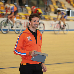 04-04-2017: Wielrennen: Persmoment KNWU: Apeldoorn<br /> APELDOORN (NED) baanwielrennen<br /> Baancoach duur Peter Schep