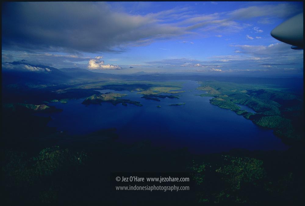 Danau Sentani, Bandar Udara Sentani dan Gunung Siklop, Jayapura, Papua, Indonesia.