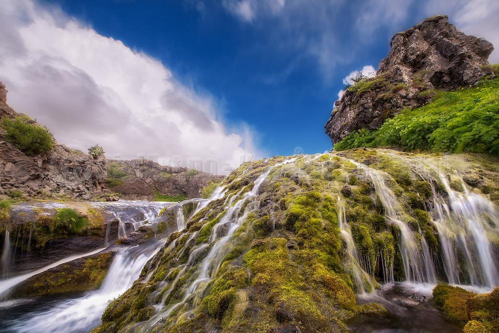 Long exposure picture of trickling water and waterfall at Iceland   Bilde med lang eksponering av sildrende vann og foss på Island