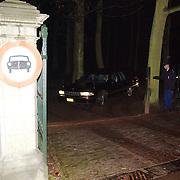 Overlijden prins Bernhard, lijkwagen verlaat paleis Soestdijk, rouwauto