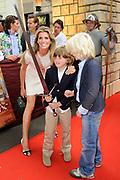 Première van de film DE BRIEF VOOR DE KONING in Pathé Buitenhof, Den Haag.<br /> <br /> Op de foto:  Danielle Oerlemans en hun zoon  Thijmen en vriendje