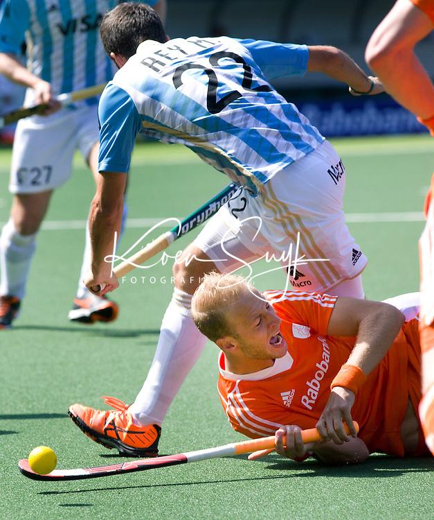 DEN HAAG - Billy Bakker in duel met de Argentijn Matias Rey.  tijdens de wedstrijd tussen de mannen van Nederland en Argentinie in de World Cup hockey 2014. ANP KOEN SUYK