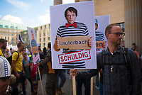 """DEU, Deutschland, Germany, Berlin, 29.08.2020: Demonstration von Gegnern der Corona-Maßnahmen. Teilnehmer mit Schild: """" Karl Lauterbach schuldig"""". Kaum jemand hielt sich an die Auflagen, Mund-Nase-Bedeckung trug fast niemand, Abstandsregeln wurden nicht eingehalten. Die Initiative """"Querdenken"""" hatte zu den Protesten gegen die Corona-Maßnahmen der Regierung aufgerufen."""