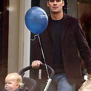 NLD/Laren/20041002 - Jeroen van der Boom en kind Daan in kinderwagen wandelend in Laren