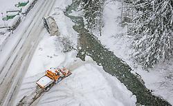 THEMENBILD - Fahrzeuge des Winterdienstes befördern den Schnee von der Strasse in die Saalach, aufgenommen am 09. Jaenner 2019 in Saalbach, Oesterreich // Vehicles of the winter service carry the snow from the road into the Saalach River, Saalbach, Austria on 2019/01/09. EXPA Pictures © 2019, PhotoCredit: EXPA/ JFK