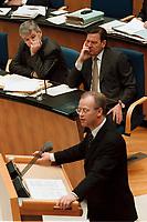 """22.04.1999, Deutschland/Bonn:<br /> Joschka Fischer, B90/Grüne, Bundesaußenminister, und Gerhard Schröder, SPD, Bundeskanzler, lauschen der Rede von Rudolf Scharping, SPD, Bundesverteidigungsminister, zur Regierungserklärung des Bundeskanzlers """"50 Jahre NATO"""", Plenum, Deutscher Bundestag, Bonn<br /> IMAGE: 19990422-01/02-16<br /> KEYWORDS: Gerhard Schroeder"""