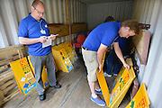 Nederland, Nijmegen, 13-7-2014Vrijwilligers, medewerkers, van de 4daagse sorteren de routeborden, richtingborden, voor de wandeldagen. Per dag moeten de ongeveer 120 borden gesorteerd en opgehangen worden om de wandelaars van de verschillende afstanden de goede kant op te wijzen.Foto: Flip Franssen/Hollandse Hoogte