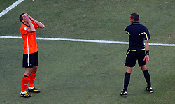 14.06.2010, Soccer City Stadium, Johannesburg, RSA, FIFA WM 2010, Niederlande vs Dänemark im Bild Robin Van Persie of Netherlands rues an offside decision as clasps his hands to his face, EXPA Pictures © 2010, PhotoCredit: EXPA/ IPS/ Mark Atkins / SPORTIDA PHOTO AGENCY