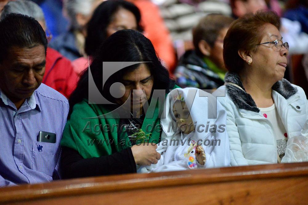 TOLUCA, México.- (Febrero 02, 2018).- Desde muy temprana hora fieles católicos acudieron a escuchar misa con sus imágenes del Niño Dios como parte del festejo del Día de la Candelaria. Agencia MVT / Crisanta Espinosa.