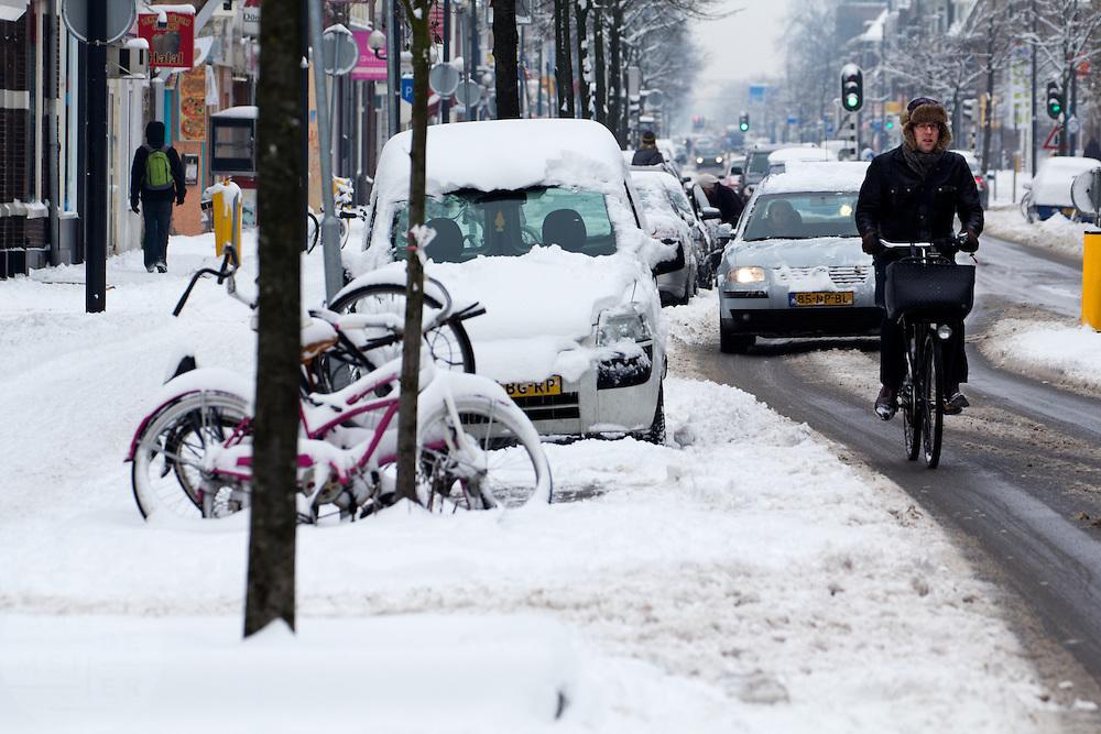 Fietsers op de Amsterdamsestraatweg in Utrecht nemen de autoweg omdat het fietspad vrijwel onbegaanbaar is. Door de hevige sneeuwval ondervindt het verkeer veel hinder.<br /> <br /> Cyclists at the Amsterdamsestraatweg in Utrecht are avoiding the bicycle path, since that part is impassible. Due to heavy snowfall the traffic is having a lot of problems.