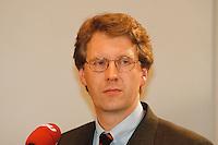 09 FEB 1998, BONN/GERMANY:<br /> Christian Wulff, MdL, Landesvorsitzender CDU-Niedersachsen, Pressekonferenz<br /> IMAGE: 19980209-02/01-28