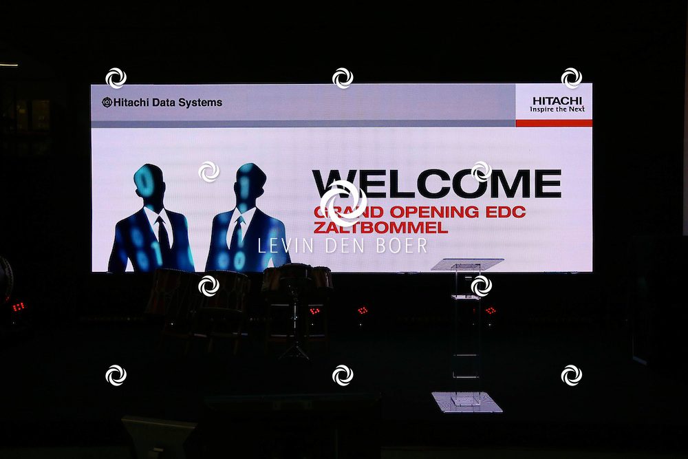 ZALTBOMMEL - De 'Grand Opening EDC Zaltbommel' in het Hitachi Centre. Met op de foto gasten die zich verplaatsen naar de grote zaal voor de officiële opening. FOTO LEVIN DEN BOER - PERSFOTO.NU