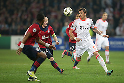 23.10.2012, Grand Stade Lille Metropole, Lille, OSC Lille vs FC Bayern Muenchen, im Bild Mario MANDZUKIC (FC Bayern Muenchen - 9) - Florent BALMONT (OSC Lille - 04) // during UEFA Championsleague Match between Lille OSC and FC Bayern Munich at the Grand Stade Lille Metropole, Lille, France on 2012/10/23. EXPA Pictures © 2012, PhotoCredit: EXPA/ Eibner/ Gerry Schmit..***** ATTENTION - OUT OF GER *****