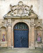 Portal wejściowy zamku z kartuszem herbowym