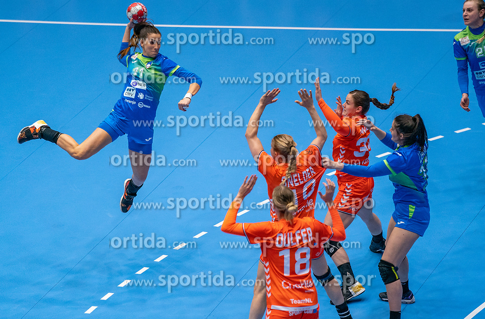 Ana Abina of Slovenia, Tessa van Zijl of Netherlands in action during the Women's friendly match between Netherlands and Slovenia at De Maaspoort on march 19, 2021 in Den Bosch, Netherlands (Photo by RHF Agency/Ronald Hoogendoorn)