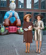 Staatsbezoek aan Nederland van Zijne Majesteit Koning Filip der Belgen vergezeld door Hare Majesteit Koningin <br /> Mathilde aan Nederland.<br /> <br /> State Visit to the Netherlands of His Majesty King of the Belgians Filip accompanied by Her Majesty Queen<br /> Mathilde Netherlands<br /> <br /> op de foto / On the photo: Queen Mathilde of Belgium and Queen Maxima of The Netherlands in the front of Belgian figure Kuifje during their visit to the Flemish culture house de Brakke Grond in Amsterdam,