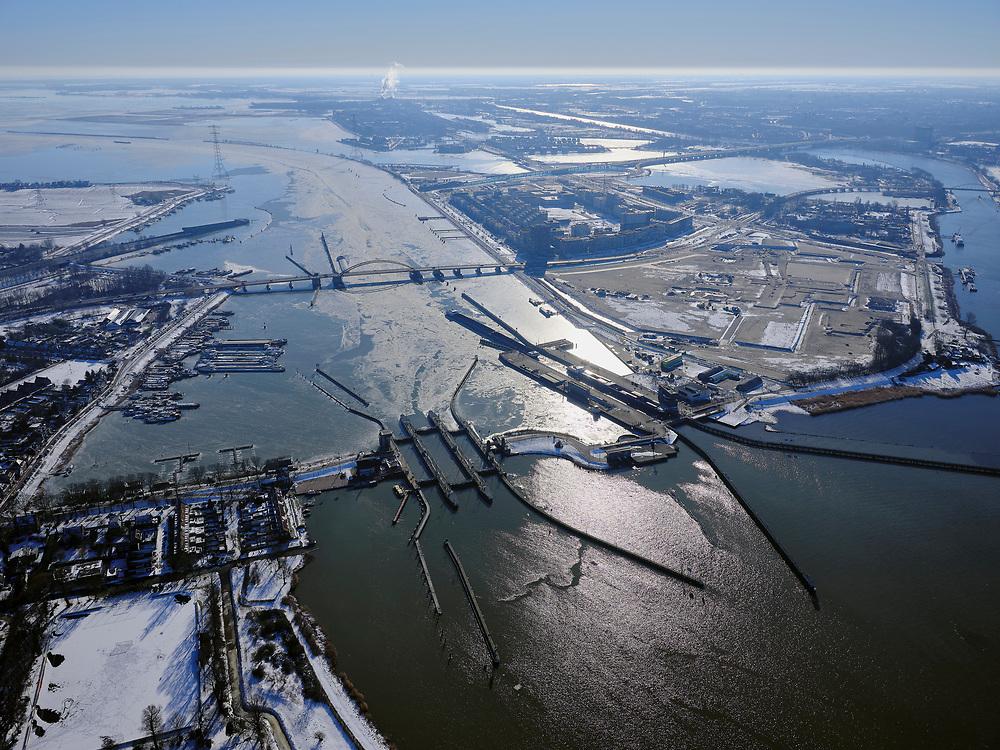 Nederland, Noord-Holland, Amsterdam, 13-02-2021; Oranjesluizen met Zeeburgereiland en IJburg. Schellingwouderbrug en Buiten-IJ.<br />  <br /> luchtfoto (toeslag op standaard tarieven);<br /> aerial photo (additional fee required)<br /> copyright © 2021 foto/photo Siebe Swar