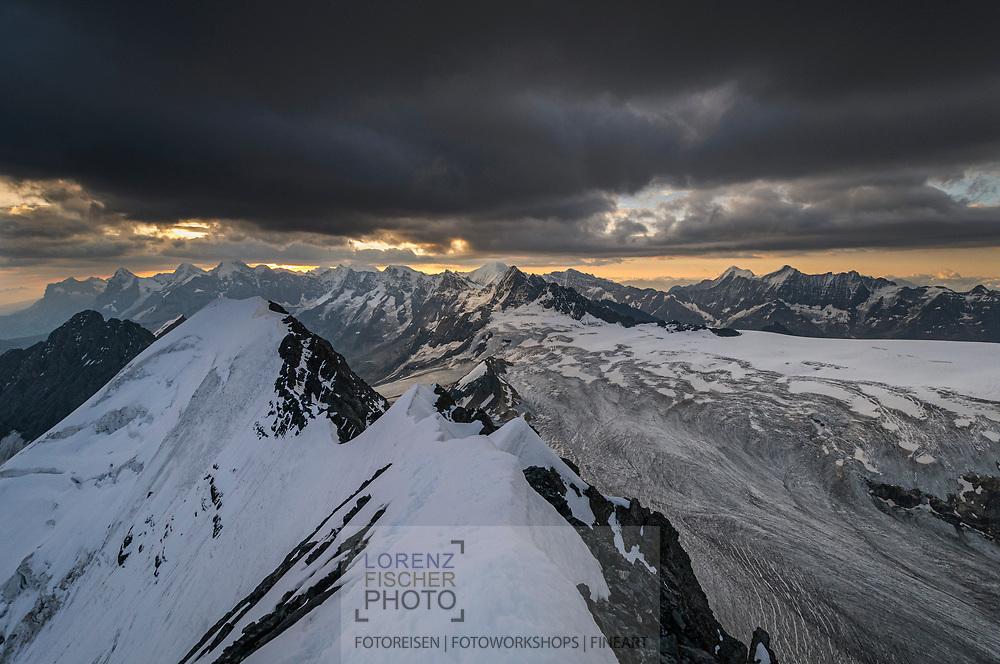 Impressionen der Bergnatur beim Blüemlisalp-Massiv oberhalb Kandersteg an einem Spätsommertag. Blick über das Morgenhorn und den Kanderfirn zu Eiger, Mönch und Jungfrau.