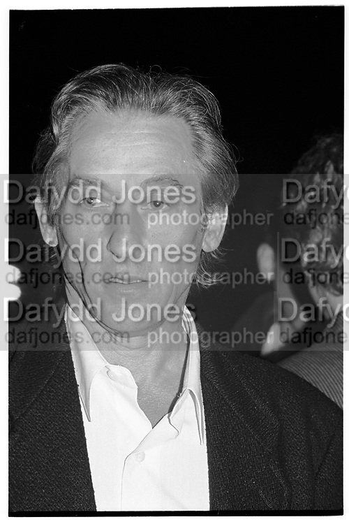 ED RUSCHA, Baldessari private view. New York. 1990.<br /> <br /> SUPPLIED FOR ONE-TIME USE ONLY> DO NOT ARCHIVE. © Copyright Photograph by Dafydd Jones 248 Clapham Rd.  London SW90PZ Tel 020 7820 0771 www.dafjones.com