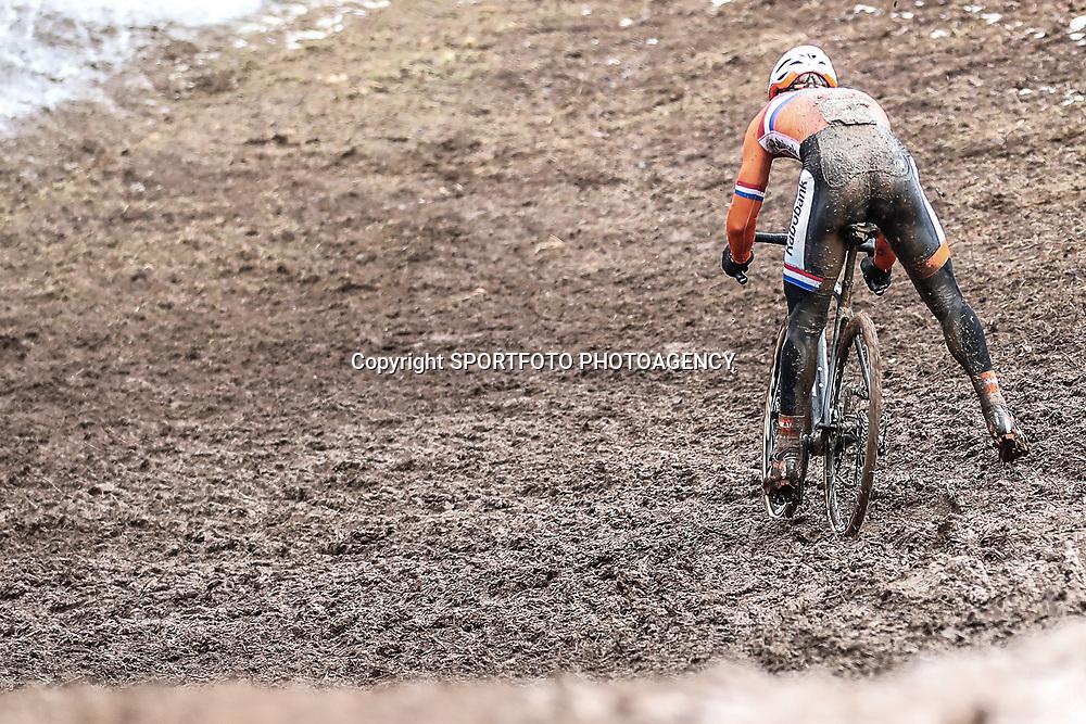 29-01-2017: Wielrennen: Wereldkampioenschap veldrijden: Luxemburg<br />BIELES (LUX) cyclocross  <br />renner in afdaling