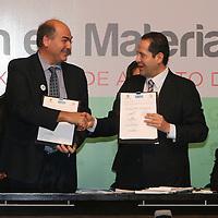 Toluca, México.- Eruviel Ávila Villegas, gobernador del Estado de México y Alain Grimard, Director de la Oficina para América Latina y El Caribe, ONU- HABITAT, durante la firma de Convenio de Colaboración en Materia de Políticas Públicas entre el GEM y la Organización de las Naciones Unidas, ONU-HABITAT. Agencia MVT / José Hernández