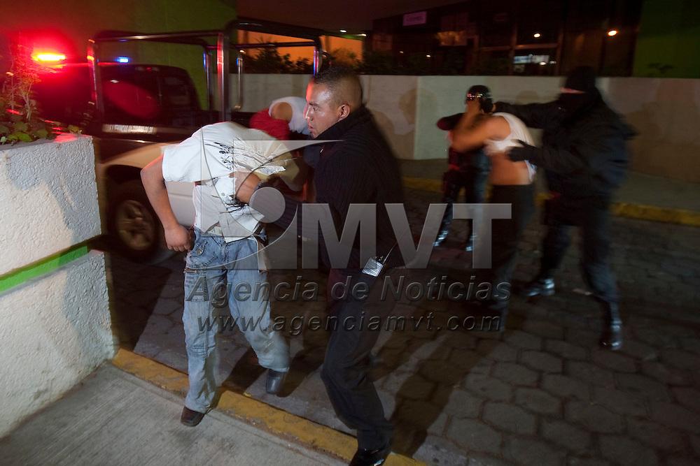 Toluca, Méx.- Policias de la Agencia de Seguridad Estatal (ASE) presentan ante el agente del ministerio publico a ocho presuntos ladrones que tenian almacenada mercancia que fue sustraida de una empresa en el parque industrial exportec II. Agencia MVT / Mario Vazquez de la Torre. (DIGITAL)