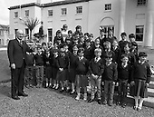 1987 - President Hillery Meets Pupils From Ballincollig.  (R59).