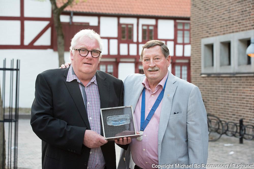 Aalborg Haandværkerforenings sildepris til Henning Barmer Jensen overrakt af Svend Aage Suhr. Foto: © Michael Bo Rasmussen / Baghuset. Dato: 10.05.16
