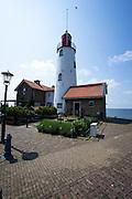 Vuurtoren van Urk, 18,5 meter hoog, gebouwd in 1844. De vuurtoren is de enige langs het IJsselmeer en het Markermeer die de beschikking heeft over een draailicht - Urk Lighthouse, 18,5 meters high and was build in 1844. Its the only lighthouse at the IJsselmeer and Markermeer with a fresnle lens.