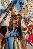 Bulgarie, region de Pernik, Dolna Sekirna, jour de carnaval, la procession des Kukeri portant des masques destinés à faire peur au froid et à l'hiver // Bulgaria, Pernik Region, Dolna Sekirna town, carnival day, Kukeri procession, ferocious beasts with coats of fur and feathers and large masks with fangs, beaks, and wings who scare the cold and the evil winter spirits away