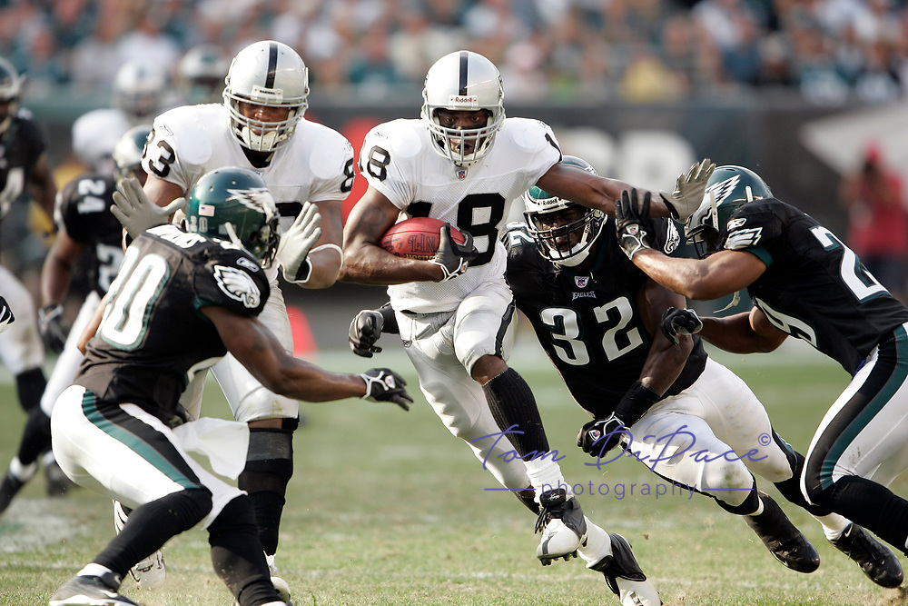 Oakland Raiders Randy Moss plays in a game against the Philadelphia Eagles.<br /> (Tom DiPace)