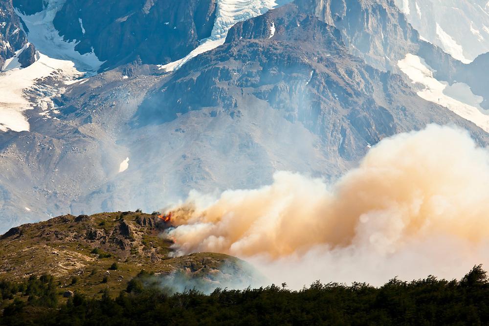 Desde el 27 de diciembre, más de 11.000 hectáreas de flora y fauna patagónica han sido arrazadas por un incendio sin control. Vientos de más de 100 Km/h imposibilitaron el trabajo de las brigadas contra incendios y propagaron las llamas 20 m/s. <br /> Después de recopilar información, se logró dar con el paradero del culpable de esta catástrofe natural, quien se encuentra con arraigo regional y nacional, además de firma semanal hasta que se cumpla un plazo máximo de 90 días de investigación.