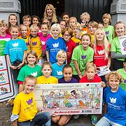 NLD/Naarden/20170926 - Overhandiging 1e kinderpostzegels aan Linda de Mol, groepsfoto