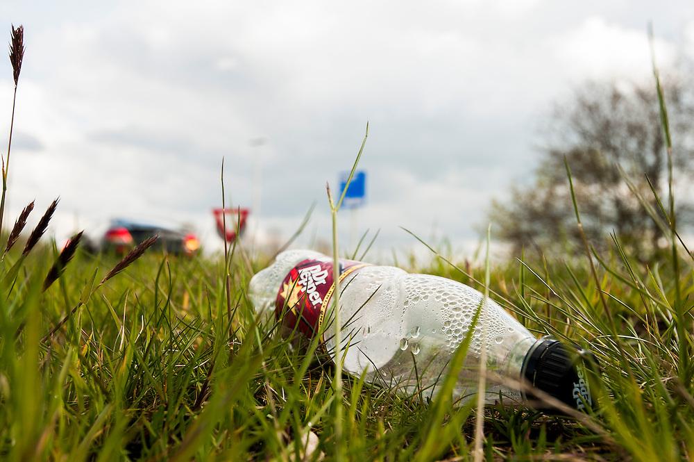 Nederland, Amersfoort, 19 april 2012.Zwerfvuil in de berm. Veel automobilisten gooien verpakkingen uit de auto omdat ze te beroerd zijn om het in een prullebak te gooien. ..Foto(c): Michiel Wijnbergh