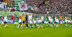 13.11.2010, Weser Stadion, Bremen, GER, 1.FBL, Werder Bremen vs 1. FC Eintracht Frankfurt im Bild Mannschaft kommt mit den Einlaufkindern auf den Platz    EXPA Pictures © 2010, PhotoCredit: EXPA/ nph/  Kokenge+++++ ATTENTION - OUT OF GER +++++