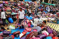 Inde, Bengale Occidental, Calcutta (Kolkata), Chowringhee, environs de New Market, marchand de sac // India, West Bengal, Kolkata, Calcutta, Chowringhee, around New Market, bag seller