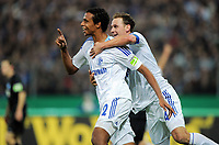 Fotball<br /> Tyskland<br /> 26.10.2011<br /> Foto: Witters/Digitalsport<br /> NORWAY ONLY<br /> <br /> Jubel 0:2 v.r. Benedikt Hoewedes, Torschuetze Joel Matip (Schalke)<br /> DFB-Pokal, 2. Hauptrunde, Karlsruher SC - FC Schalke 04