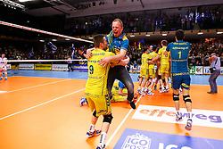 20150426 NED: Eredivisie Landstede Volleybal - Abiant Lycurgus, Zwolle<br />De supporters van Landstede Volleybal vieren de titel met hun spelers<br />©2015-FotoHoogendoorn.nl / Pim Waslander