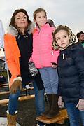 Leden van de koninklijke familie nemen deel aan de tweede editie van De Hollandse 100 op FlevOnice, een sportief evenement van fonds Lymph&Co ter ondersteuning van onderzoek naar lymfeklierkanker. <br /> <br /> Members of the royal family take part in the second edition of the Dutch 100 on FlevOnice, a sporting event Lymph & Co fund to support research into lymphoma.<br /> <br /> Op de foto / On the photo:  Prinses Aimée met hun dochters Magali en Eliane