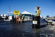 Wegwerkers en constructiewerkers zijn bezig met de nieuwe infrastructuur rondom het Nelson Mandela Stadium in Port Elizabeth.