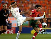 Fotball<br /> Euro 2004<br /> Portugal<br /> 30. juni 2004<br /> Foto: Pro Shots/Digitalsport<br /> NORWAY ONLY<br /> Semifinale<br /> Portugal v Nederland 2-1<br /> Cocu og Maniche