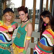 Ondertekenen contract optreden Koninginnedag 2004 door Dare Tatiana Linck, Kelly Keet, Chelina Manuhutu