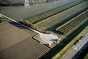 Nederland, Zeeland, Zuid-Beveland, Nieuwe Vaathoek, Korte Noordweg, 15/11/2001; Ingreep in het landschap: aanleg toegangsweg Westerschelde tunnel, Korte Noordweg is afgesloten (en heeft (cirkelvormige) keerplaatsen gekregen), rechtsonder de dijk naast toegangsweg, vormt geluidswal en zorgt voor  inpassing in het omliggende polderlandschap (zie ook overzichtsluchtfoto). Verkeer. Infrastructuur. Landschap. Polder.<br /> luchtfoto (toeslag), aerial photo (additional fee)<br /> photo/foto Siebe Swart