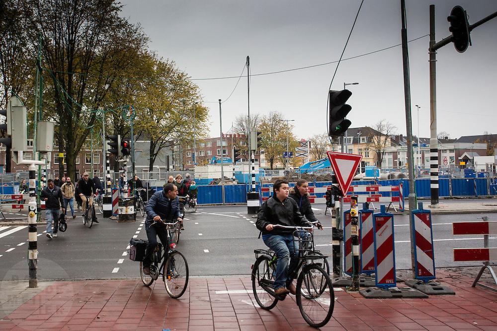 In Utrecht steken fietsers over bij werkzaamheden in de stad.<br /> <br /> In Utrecht cyclist cross the road near construction works.