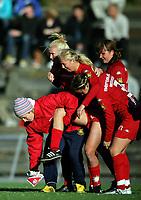Fotball<br /> Toppserien kvinner<br /> 17.09.2005<br /> Røa v Klepp 2-1<br /> Foto: Morten Olsen, Digitalsport<br /> <br /> Røas midstopper Marit Fiane Christensen skader seg og bæres av banen