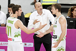 09.09.2014, City Arena, Barcelona, ESP, FIBA WM, Slowenien vs USA, im Bild Slovenia's coach Zdovc Jure with his players Goran Dragic (l) and Zoran Dragic (r) // during FIBA Basketball World Cup Spain 2014 match between Slovenia and USA at the City Arena in Barcelona, Spain on 2014/09/09. EXPA Pictures © 2014, PhotoCredit: EXPA/ Alterphotos/ Acero<br /> <br /> *****ATTENTION - OUT of ESP, SUI*****